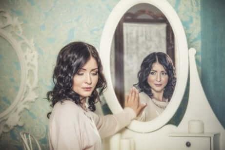 Donna che si rifiuta allo specchio.