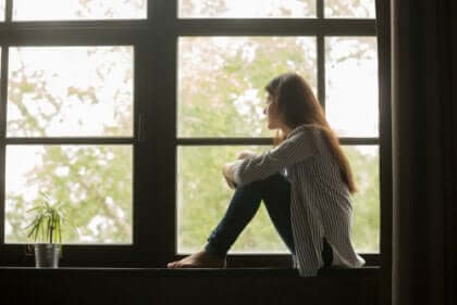 Donna seduta alla finestra