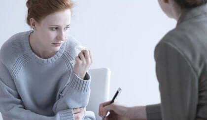 Donna triste dal medico per una falsa gravidanza.