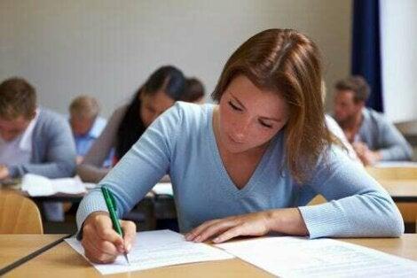 Ragazzi che sostengono un esame.