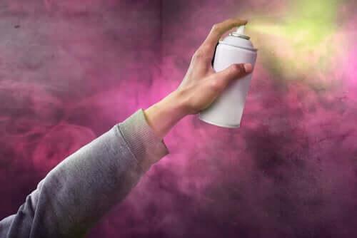 Persona che fa street art con una bomboletta spray.