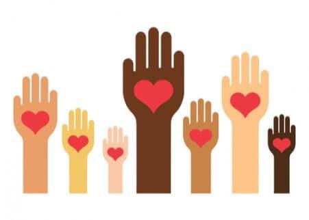 Mani con cuore di diversi colori