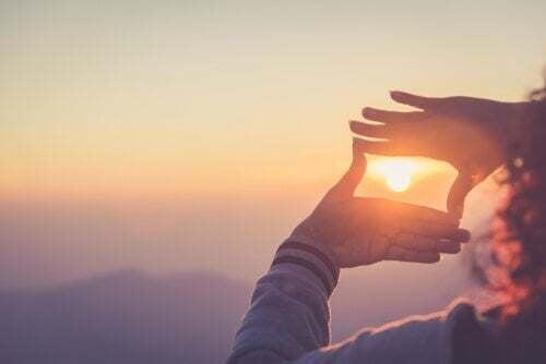 Mani e tramonto