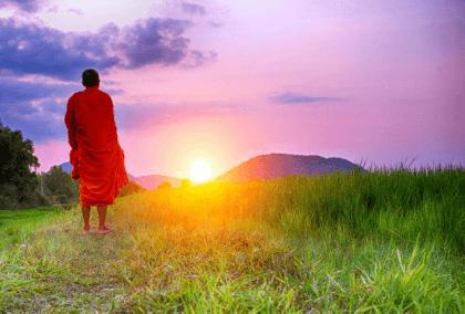 Monaco buddista davanti al tramonto e storiella zen