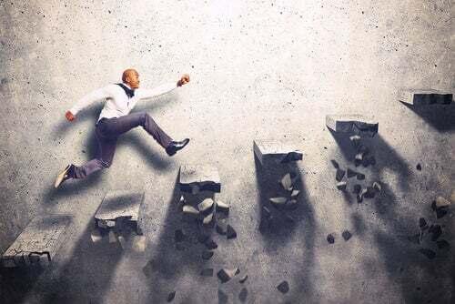 Uomo d'affari che supera scalini che si rompono.
