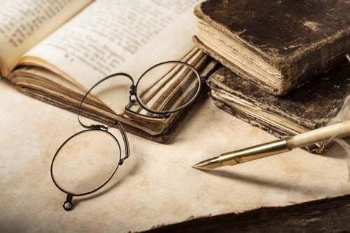 Occhiali su un vecchio libro