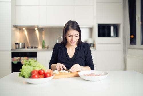 Donna che piange mentre sbuccia le cipolle