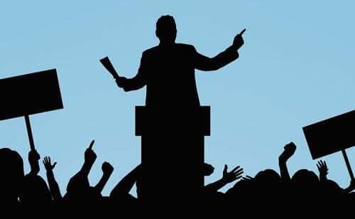 Politico che tiene un discorso pubblico.