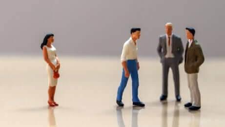 Pupazzi uomini e donna dietro