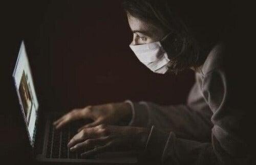 Ragazza che scrive al computer.