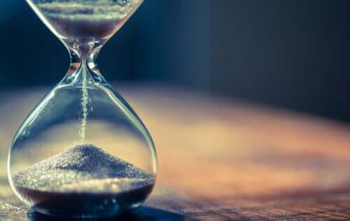 Saper aspettare e clessidra che indica lo scorrere del tempo