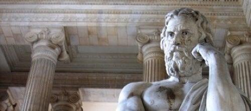 Statua greca e citazioni di Senofonte.