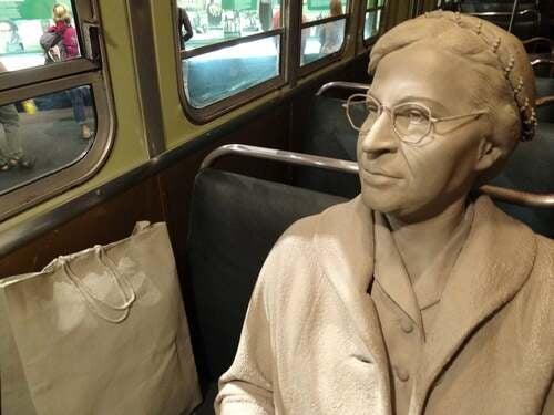 Scultura di Rosa Parks sull'autobus.
