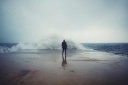 Uomo davanti al mare.