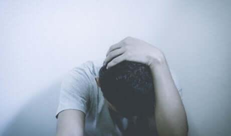 Uomo depresso con il capo chinato