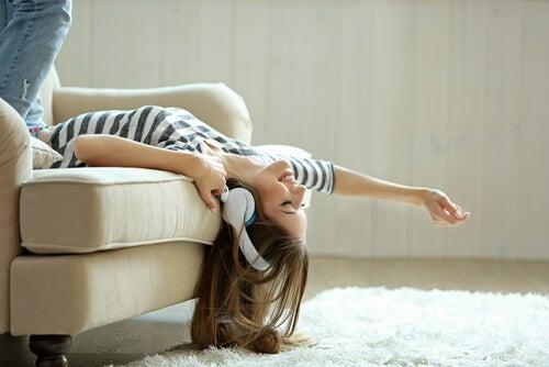 Ragazza che ascolta la musica sul divano.