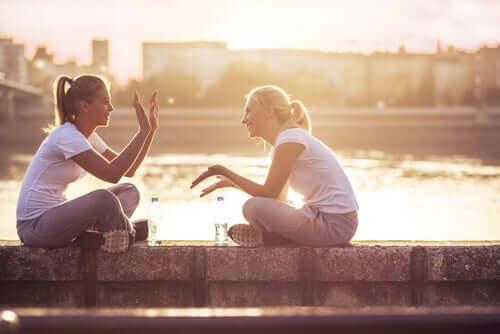 Amiche che parlano felici.
