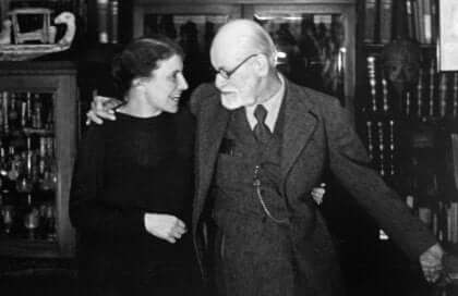 Foto d'epoca in bianco e nero di Anna e Sigmund Freud abbracciati.