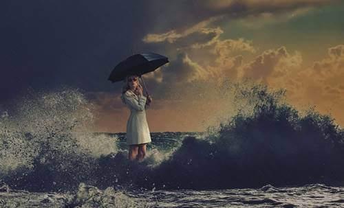 Donna al mare con ombrello.