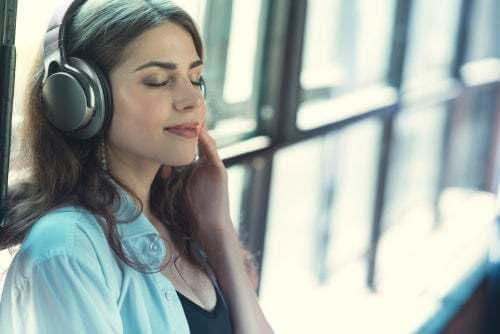 Donna che ascolta la musica.