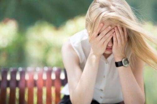 Donna con attacco di eco ansia.