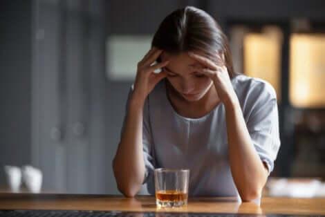 Donna con dipendenza da alcol.