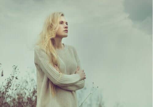 Donna dal cuore spezzato con lo sguardo perso verso l'orizzonte.
