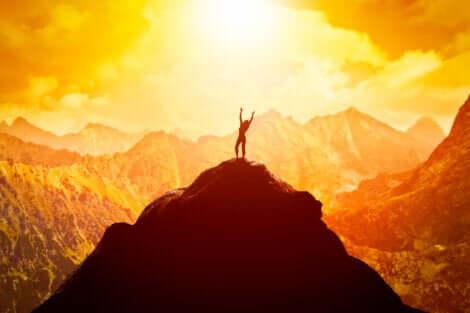 Donna in cima alla montagna grazie alla giusta mentalità per avere successo.