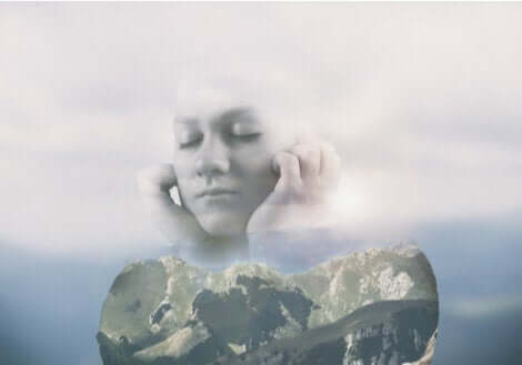 Donna con occhi chiusi e sfondo roccioso.