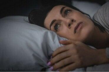 Dormire male causa un forte senso di solitudine