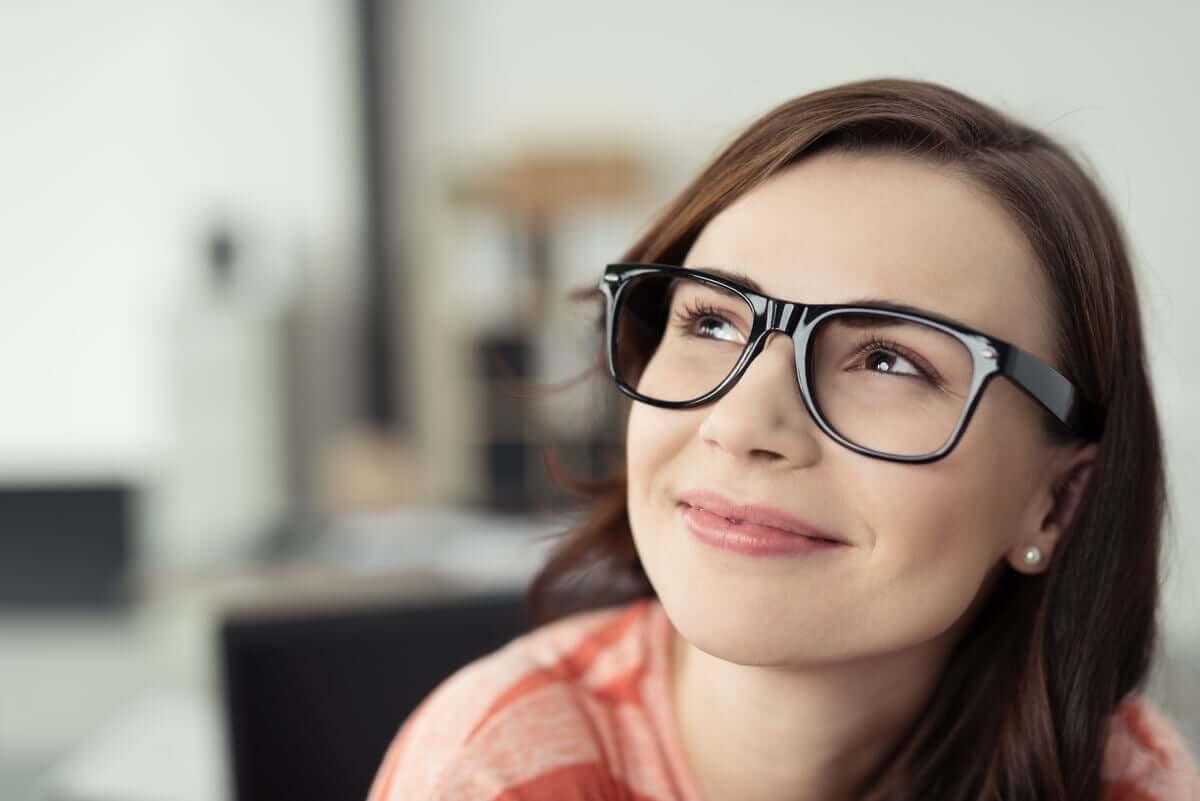 Donna sorridente con gli occhiali.
