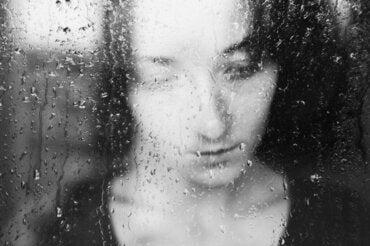 Sentirsi tristi nelle giornate grigie: perché?