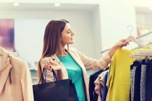 Donna che fa shopping.