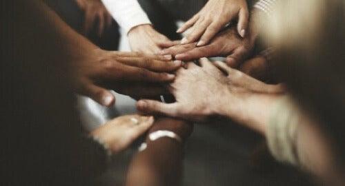 Mani unite contro la discriminazione.
