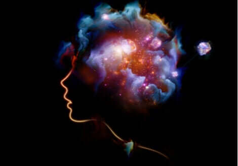 Universo di colori nella mente di una donna di profilo.