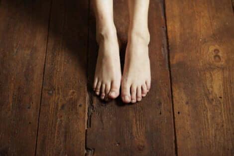 Piedi nudi sul pavimento di legno.