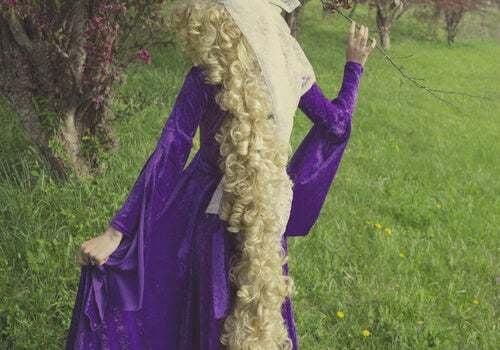 Principessa Raperonzolo di spalle.