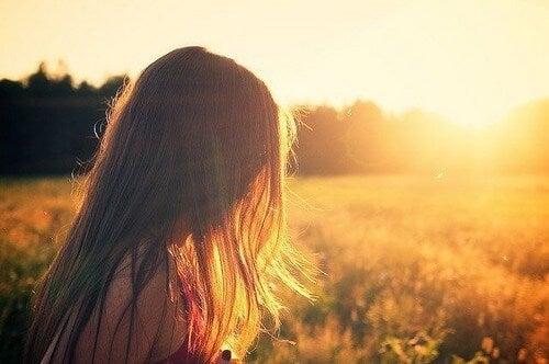 Ragazza in un campo baciata dal sole.