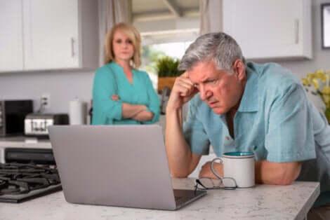 Uomo anziano preoccupato consulta gli annunci di lavoro.