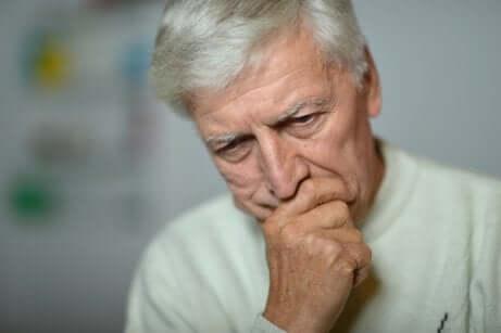 Uomo anziano preoccupato per il lavoro.