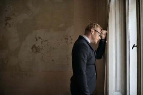 Uomo con occhiali preoccupato.