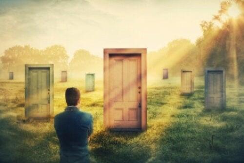 Uomo davanti a più porte.