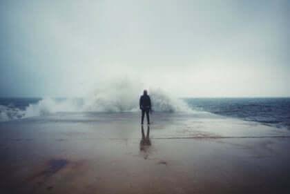 Uomo di fronte alle onde del mare.