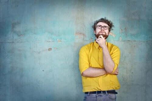 Ragazzo giovane riflette appoggiato al muro.