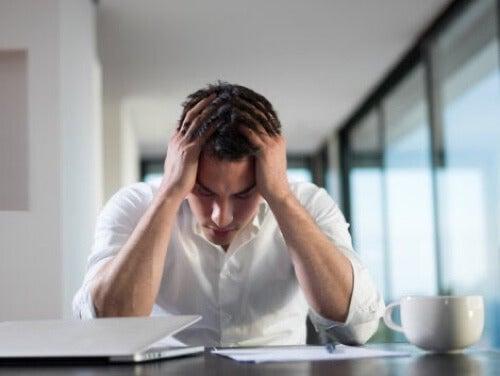 Uomo stressato durante il lavoro.
