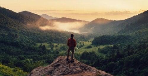 Uomo in cima ad una montagna.