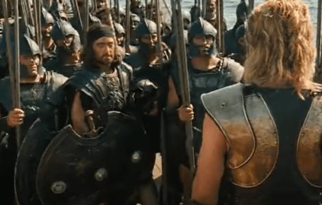 Achille con l'esercito nel film Troy.
