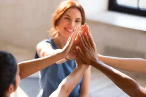 Amici uniti dalle mani.