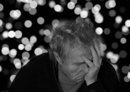 Anziano con demenza.
