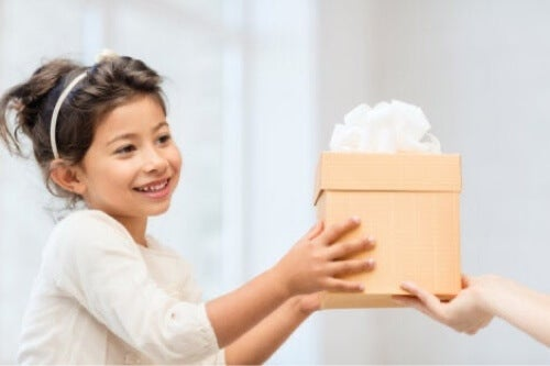 Bambina che riceve un regalo.